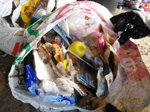 Soppåse med avfall att sortera.