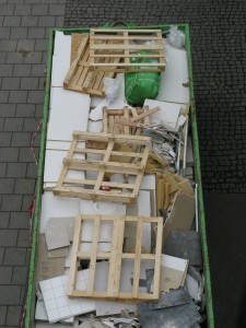 Byggavfallscontainer i behov av sortering