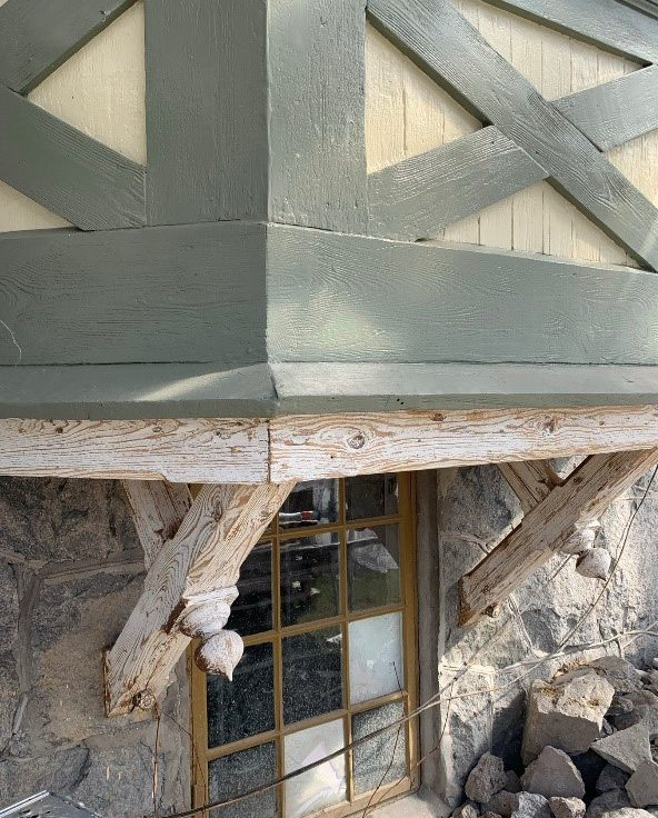 En hundsraårig fasad