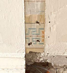 Byggnadsvård och konservering går hand i hand. Här skrapas en gammal dekor fram i ett tak. Fem lager färg skrapas försiktigt fram med skalpell och mönstret kan rekonstrueras.