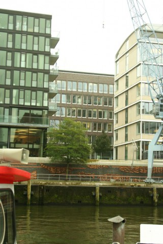 Hafen City. Tidvattnet gör att man höjt marknivån en bra bit för att minska översvämningsrisken.