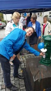 Jag fyller upp flaskan med Mälarvatten från den nya pumpen (skänkt av Norrvatten)nere vid Norrtäljeån (kvarngränd).